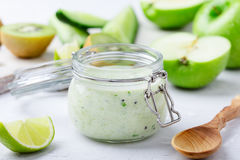 Sund yoghurt dricker med nya grönsaker och frukter i exponeringsglas arkivbild