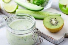 Sund yoghurt dricker med nya grönsaker och frukter i exponeringsglas arkivbilder