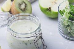 Sund yoghurtdryck med ny grön bladgrönsaker och fr arkivbilder