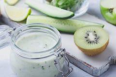 Sund yoghurtdryck med ny grön bladgrönsaker och fr royaltyfria foton