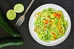 Sund zucchininudelmaträtt med morötter och limefrukt Royaltyfri Foto