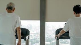 Sunda asiatiska höga par övar tillsammans i rinnande tre för idrottshall Arkivfoton