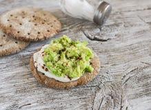 Sunda avokadosmörgåsar, på en mörk träyttersida sund frukost Arkivbilder