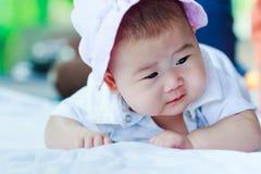 sunda barn behandla som ett barn krypa gulligt förtjusande behandla som ett barn flickan Royaltyfria Foton