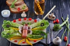 Sunda diet-frukostgrönsaker på en platta - lämnar av khasaen, körsbärsröda tomater, paprika, esparagusen, oliv lade ut i arkivbild