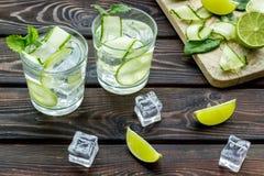 Sunda drinkar med limefrukt och is för sommar på träbakgrund royaltyfria foton
