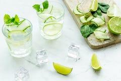 Sunda drinkar med limefrukt och is för sommar på vit bakgrund fotografering för bildbyråer
