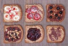 Sunda efterrätter på helt kornrostat bröd arkivbilder