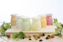 Sunda färgade yoghurter med frukter och muttrar Royaltyfria Bilder