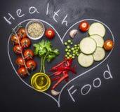 Sunda foods, matlagning och körsbärsröda tomater för vegetarianbegrepp, zucchini med persilja, smörpeppar, att dra på ett svart t arkivbilder