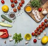 Sunda foods, matlagning och vegetarianbegreppschampinjoner, körsbärsröda tomater på en filial, gurka, peppar, ställetext, ram på Arkivfoto