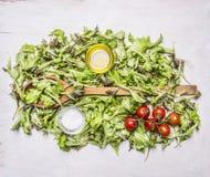 Sunda foods, matlagning och vegetarianbegreppsgrönsallat, körsbärsröda tomater, trälantlig bakgrundsöverkant för salt olje- träsk Royaltyfri Bild