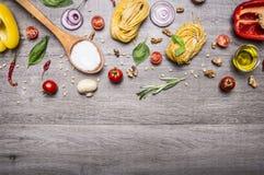 Sunda foods, matlagning och vegetarianbegreppspasta med mjöl, grönsaker, olja och örter på trälantlig bor för bästa sikt för bakg Royaltyfri Fotografi