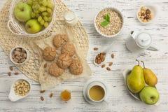 Sunda frukostingredienser Havremjöl- och mandelkakor, frukt arkivfoto