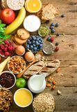 Sunda frukostingredienser, matram Granola ägget, muttrar, frukter, bär, rostat bröd, mjölkar, yoghurten, orange fruktsaft fotografering för bildbyråer