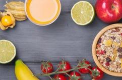 Sunda frukostingredienser på trätabellen, bästa sikt Royaltyfri Foto