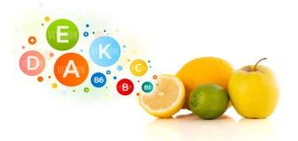 Sunda frukter med färgrika vitaminsymboler och symboler Royaltyfri Bild
