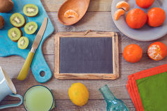 Sunda frukter och fruktsaft på trätabellen ovanför sikt Royaltyfria Bilder