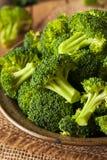Sunda gröna organiska rå broccoliFlorets Royaltyfria Bilder