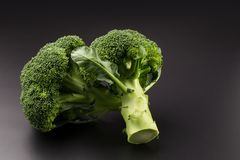 Sunda gröna organiska rå broccoliFlorets som är klara för att laga mat Royaltyfria Bilder