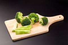 Sunda gröna organiska rå broccoliFlorets som är klara för att laga mat Arkivbilder