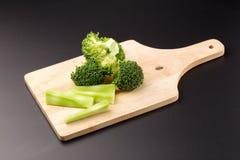 Sunda gröna organiska rå broccoliFlorets som är klara för att laga mat Arkivfoto