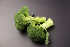 Sunda gröna organiska rå broccoliFlorets som är klara för att laga mat Arkivfoton