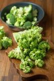 Sunda gröna organiska rå broccoliFlorets som är klara för att laga mat BR Royaltyfri Fotografi