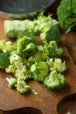 Sunda gröna organiska rå broccoliFlorets som är klara för att laga mat BR Arkivbilder