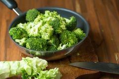 Sunda gröna organiska rå broccoliFlorets som är klara för att laga mat BR Royaltyfria Foton