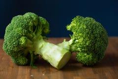Sunda gröna organiska rå broccoliFlorets som är klara för att laga mat BR Arkivfoton