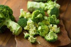 Sunda gröna organiska rå broccoliFlorets som är klara för att laga mat BR Arkivfoto