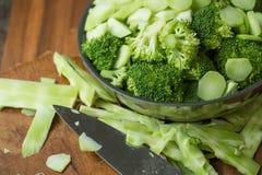 Sunda gröna organiska rå broccoliFlorets som är klara för att laga mat BR Royaltyfri Bild