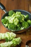Sunda gröna organiska rå broccoliFlorets som är klara för att laga mat BR Royaltyfria Bilder