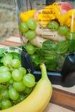 Sunda gröna Smoothieingredienser i blandaren Royaltyfria Bilder