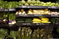Sunda grönsaker på lagerhyllor Arkivbilder
