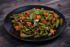 Sunda haricot vert, röd körsbärsröd tomat med sesamfrö Arkivfoton