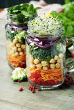 Sunda hemlagade Mason Jar Salad royaltyfria foton