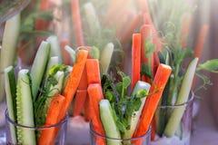 Sunda hemlagade Mason Jar Salad med quinoaen och grönsaker - sund mat, bantar, detoxen, att äta för rengöring eller det vegetaris royaltyfri bild