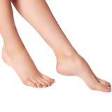 Sunda kvinnas ben vita isolerade ben Härlig kvinna le Arkivfoton