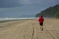 Sunda livsstilsportar man spring på strandsoluppgångseasiden Arkivfoton
