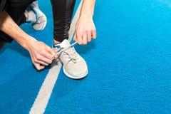 Sunda livsstilsportmän som binder skosnöret Royaltyfri Fotografi