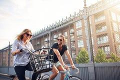 Sunda lyckliga par på en helgcykel rider Royaltyfria Foton