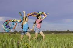 Sunda lyckliga ungar som utomhus spelar royaltyfri bild