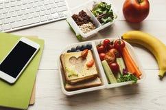 Sunda mål i lunchaskar på den funktionsdugliga tabellen för kontor royaltyfri fotografi