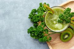 sunda matar Den organiska och nya gröna grönsaken för bantar och väger förlust arkivfoto