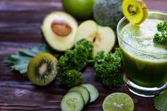 sunda matar Den organiska och nya gröna grönsaken för bantar och väger förlust på det gamla trä arkivfoton