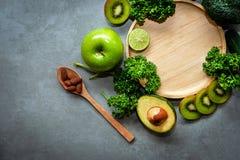 sunda matar Den organiska och nya gröna grönsaken för detox, bantar och väger förlust royaltyfri bild