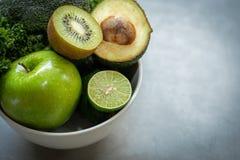 sunda matar Den organiska och nya gröna grönsaken för detox, bantar och väger förlust på det gamla trä royaltyfri bild