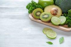 sunda matar Den organiska och nya gröna grönsaken för detox, bantar och väger förlust på det vita trä royaltyfri bild